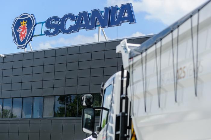 Scania соорудила из фургонов огромные работающие часы