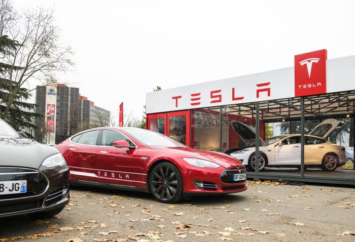Электромобили Tesla станут на100% автономными кконцу 2017г