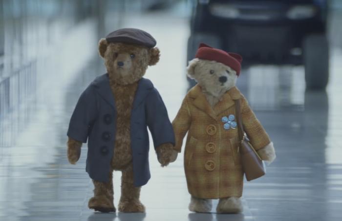 Плюшевые медведи направились впутешествие поаэропорту Хитроу врекламе