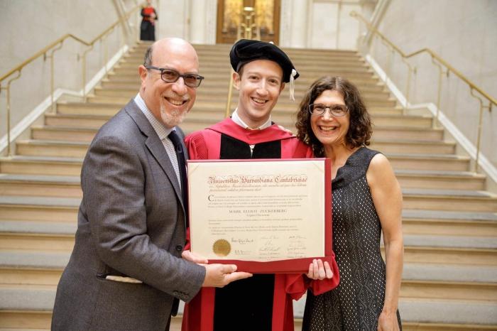 Цукерберг получил гарвардскую степень