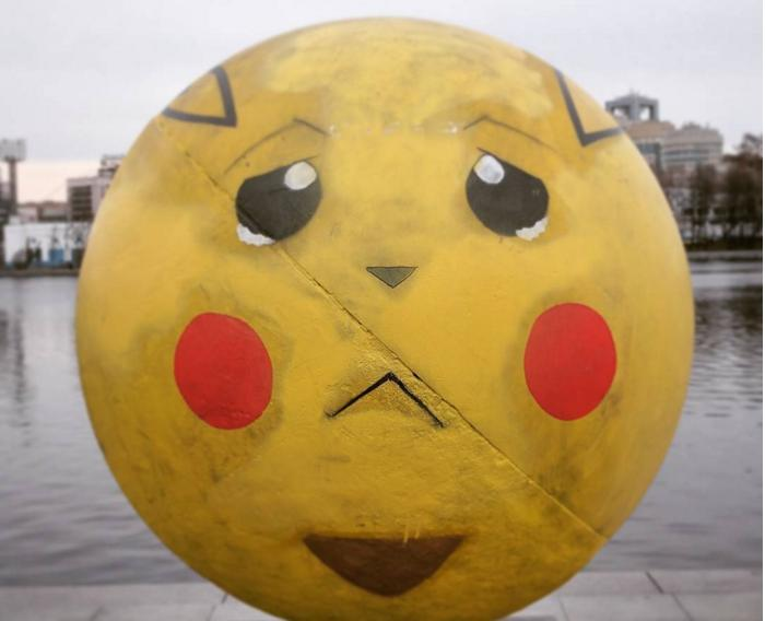 Биткоин вместо Пикачу: шар-монумент в Екатеринбурге вновь сменил внешность