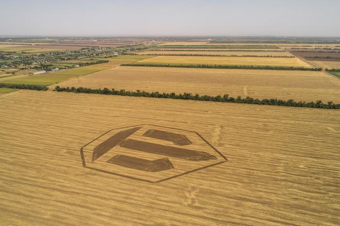 200-метровый логотип World of Tanks появился на поле в Краснодарском крае