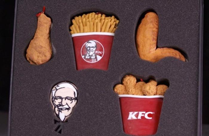 KFC предложил повесить на ёлку куриную ножку