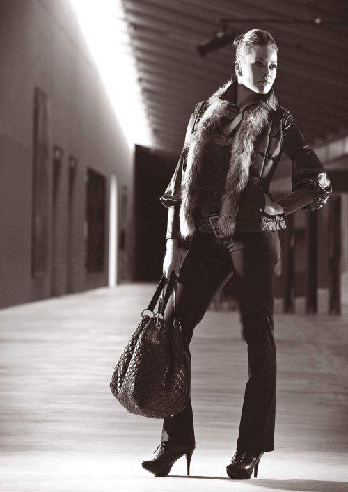 ...свой путь к успеху и предпочитающей классический стиль в одежде.