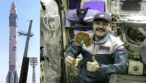 """Размещение своего логотипа на """"Протоне"""" Pizza Hut проплатила в июле 2000 года, а в мае 2001-го организовала доставку пиццы на МКС, где её опробовал Юрий Усачёв (фото AFP, HO/WirePix)."""