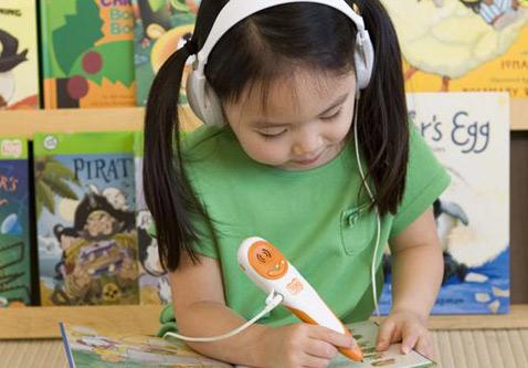 Чтобы не слишком мучить уставших родителей громкими звуками, к ручке Tag можно присоединить наушники (фото с сайта leapfrogschoolhouse.com).