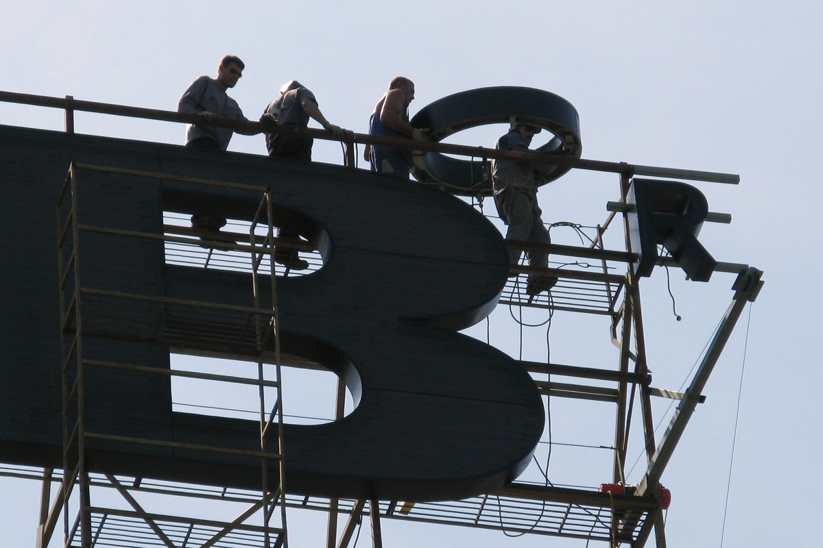 Крышная установка логотипа ...: www.sostav.ru/news/2009/08/25/r3