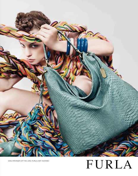 ...материалами: бамбуком, пластиком, металлом, кожаными сумками Furla.