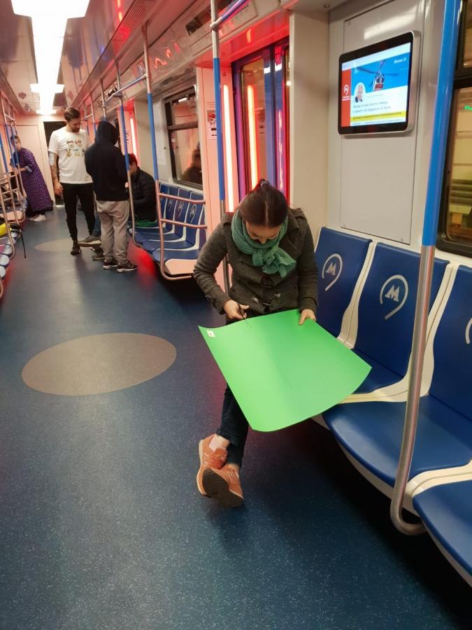 Сосет член в метро